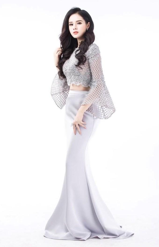 <p> Nguyễn Thị Huyền Trang, sinh năm 1996 tại Hạ Long. Cô đang là sinh viên khoa Luật kinh tế của ĐH Thành Đông. Cô có số đo 3 vòng 84-63-91cm, cao 1m73. Huyền Trang từng được đánh giá là một trong những thí sinh tiềm năng của Hoa hậu Hoàn vũ Việt Nam 2017.</p>