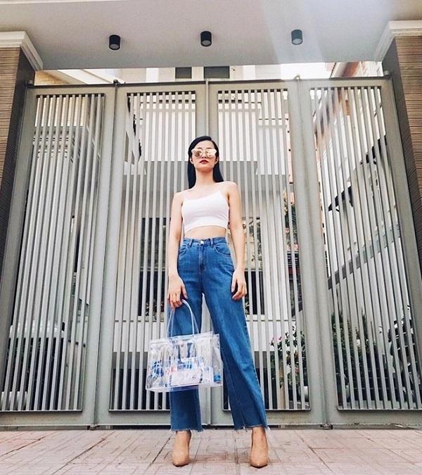 """<p> Đông Nhi không thể """"ngó lơ"""" hot trend này khi mang theo mình chiếc túi """"bự chà bá"""".</p>"""