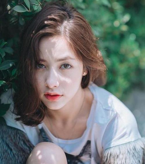 Nếu như các nàng hot girl Hàn thích đánh phấn mắt nhũ hay nâu hồng thì các cô nàng Thái Lan lại thích trang điểm mắt thật tự nhiên. Họ thường bỏ qua bước đánh phấn mắt và chỉ tán một lớp phấn màu beige thật tiệp với màu mắt, sau đó chuốt mascara và kẻ một đường eyeliner thật mảnh.