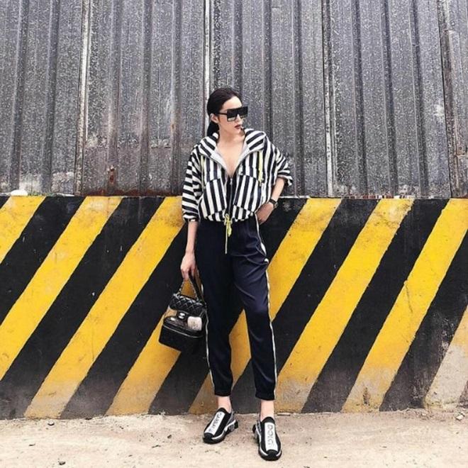 <p> Là fashionista thế hệ mới, Kỳ Duyên nhanh chóng cập nhật món đồ hot trend này. Cô dùng balo Chanel có giá gần 80 triệu.</p>