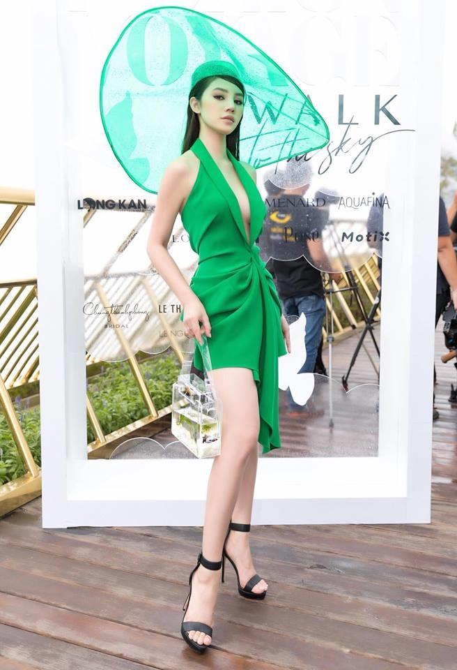 <p> Xuất hiện tại show diễn của NTK Lê Thanh Hòa, Jolie Nguyễn tiếp tục trở thành tâm điểm khi diện đầm chiết eo, xẻ ngực sâu hút màu xanh lá. Điểm nhấn của set đồ chính là chiếc mũ rộng vành bằng nhựa trong và túi xách hình hộp đồng điệu về chất liệu.</p>