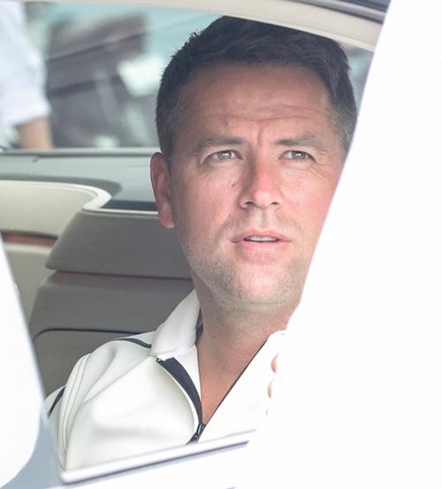 Trưa ngày 13/8, cầu thủ Michael Owen chính thức đặt chân đến Việt Nam trong sự chào đón của đông đảo khán giả hâm mộ. Không hề tỏ ra mệt mỏi sau chặng bay dài, Michael Owen nở nụ cười khi thấy nhiều người hâm mộ chào đón mình.