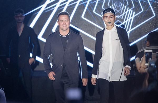 Tại buổi gặp gỡ, Michael Owen bất ngờ trổ tài biểu diễn thời trang cùng các người mẫu Việt. Sự xuất hiện của anh nhận được nhiều tiếng cổ vũ, reo hò.