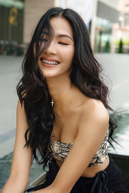 Trước khi đại diện Việt Nam tham gia Miss Universe 2019, Hoàng Thùy chú trọng đầu tư vẻ ngoài. Ngoài việc tích cực làm đẹp, tập thể dục, Á hậu Hoàn vũ Việt Nam 2017 còn quyết định niềng răng để có dung mạo hoàn hảo hơn.