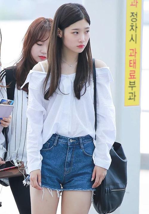 Các sao Hàn cũng rất chuộng kiểu đồ này khi ra sân bay ngày nóng bức vì gợi cảm mà vẫn giữ được sự thoải mái, đặc biệt là dễ kết hợp cùng đủ item từ quần đến chân váy.