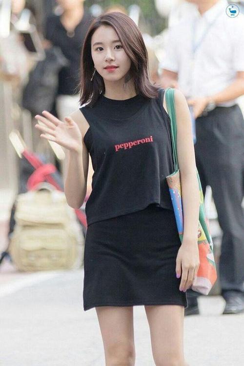 Chỉ cần diện tank top cùng quần hay chân váy denim là các sao Hàn đã có vẻ ngoài đủ phong cách để xuống phố.