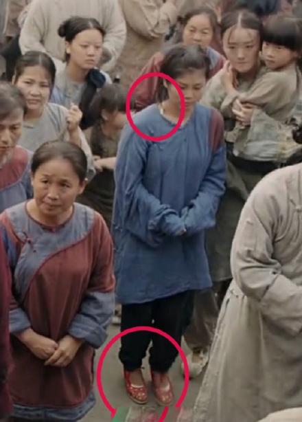 Diên Hy công lược trước đó từng bị chê vì lộ cảnh Phú Sát hoàng hậu ngồi ghế nhựa, Càn Long đi giày thể thao. Trong tập 31, khi Nhàn Phi đi phát cháo từ thiện, khán giả lại tinh mắt phát hiện một nữ diễn viên quần chúng đi giày nhựa màu đỏ.