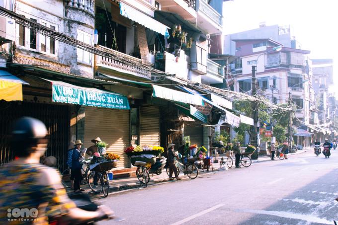 <p> ... hay ở ngõ chợ Đồng Xuân lúc sáng sớm.</p>
