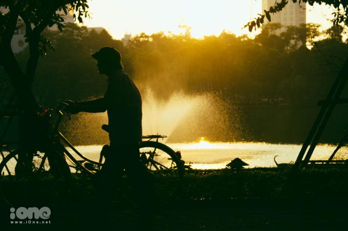 <p> Khác với một Hà Nội ồn ào và năng động giữa ngày, Hà Nội sáng sớm dường như là không gian của người già và những chiếc xe đạp.</p>