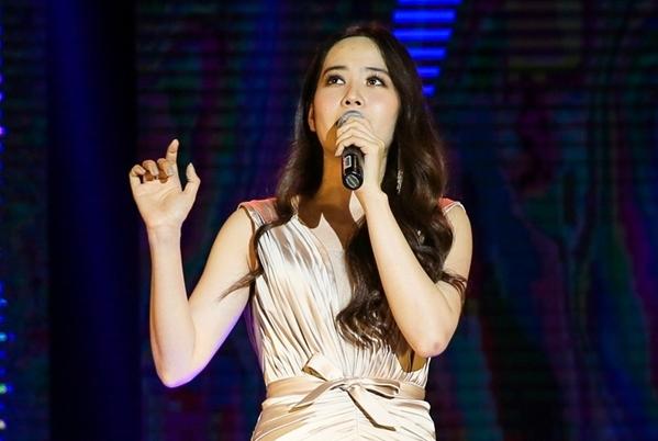 Nam Em đầy tự sự trên sân khấu và tự tin thể hiện giọng hát live.
