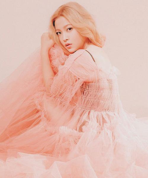 Công chúa Yeri xinh đẹp như một nữ thần trong sắc hồng tươi tắn. Kiểu trang điểm ít độ tương phản khiến cô trông như thể được ai đó phủ một lớp filter lên. Nếu bạn nghĩ kiểu makeup trong Ice Cream Cake nhẹ nhàng, chắc hẳn là bạn chưa xem One of these nights.