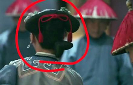Búi tóc giả lộ liễu của Ngụy Anh Lạc.