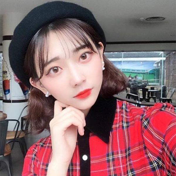 Tiêu chí đánh giá vẻ đẹp của con gái Hàn Quốc là làn da trắng như Bạch Tuyết, căng bóng như được phủ một lớp sương mờ ảo. Đây cũng là lý do khâu chăm sóc da với các sản phẩm làm trắng darất được phái đẹp xứ kim chi chú trọng nhằm giúp khâu makeup trở nên dễ dàng hơn. Các cô gái Hàn ưa chuộng các kiểu cushion, phấn phủ trắng hơn một vài tông so với da thật, kết hợp cùng đôi môi đỏ tươi, họ trông rất trẻ trung mà vẫn đầy sang chảnh.