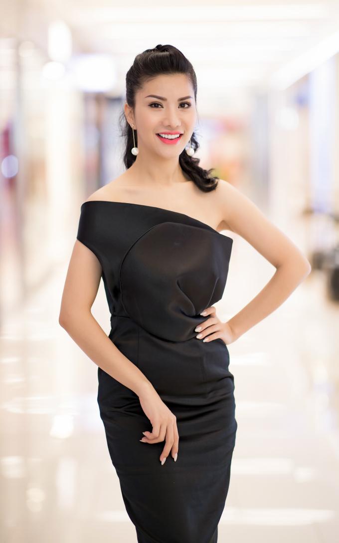 """<p> 10 năm trước, Loan Vương giành giải """"Thí sinh có gương mặt ấn tượng nhất"""". Hiện tại, cô là tiếp viên của hãng hàng không Việt Nam Airlines. Loan Vương từng tham gia và đoạt thành tích tại một số cuộc thi khác như: top 5 Nữ hoàng Doanh nhân, Á hậu Quý tộc thế giới 2017...</p>"""