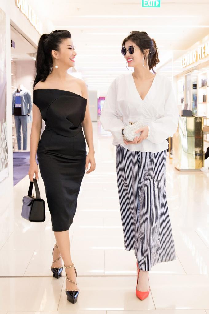 <p> Oanh Yến (phải) hiện là mẹ của 4 nhóc tì đáng yêu và đang làm kinh doanh. Sau cuộc thi Hoa hậu Du lịch Việt Nam 2008, Oanh Yến đăng quang Hoa hậu Thế giới Toàn cầu 2015.</p>