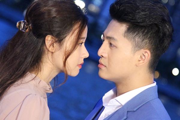 Khoảnh khắc cặp đôi trao nhau ánh mắt tình tứ, thậm chí là sắp khóa môi nhau cũng được chia sẻ.