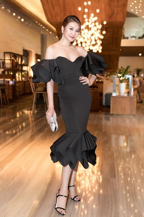 [Caption]  Siêu mẫu diễn viên Thanh Hằng xuất hiện với vẻ rạng rỡ. Cô diện váy hở vai gợi cảm với chi tiết bèo nhún tạo điểm nhấn và phần peplum đuôi váy ấn tượng.