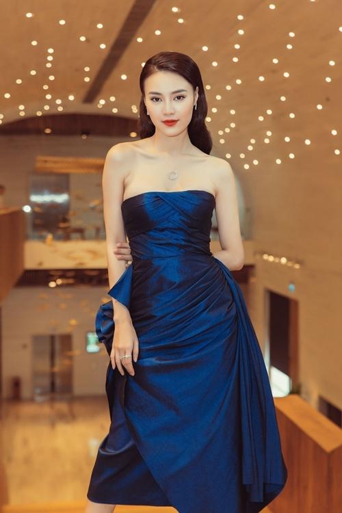 Gam màu xanh navy giúp tôn màu da trắng mịn, không tì vết của nữ diễn viên. Ngoài ra, đôi giày ánh kim mũi nhọn cũng làm cho chiều cao nữ diễn viên được ăn gian đáng kể.