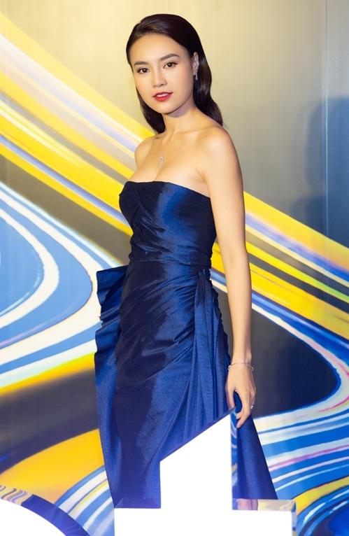 Ngày 14/8, Ninh Dương Lan Ngọc cùng nhiều sao Việt nổi tiếng trong showbiz tham dự sự kiện ra mắt dòng điện thoại tại TP HCM. Cô khoe nhan sắc quyến rũ trong bộ đầm cúp ngực khoe vòng một đầy đặn. Gam màu xanh navy giúp tôn màu da trắng mịn, không tì vết của nữ diễn viên. Ngoài ra, đôi giày ánh kim mũi nhọn cũng làm cho chiều cao nữ diễn viên được ăn gian đáng kể.