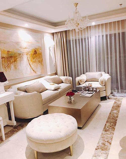 Hai năm sau khi đăng quang Hoa hậu Hoàn vũ Việt Nam 2015, Phạm Hương tậu được căn hộ cao cấp đầu tiên, tọa lạc trong một tòa chung cư ở trung tâm TP HCM. Căn hộ được thiết kế với tông nâu be, trắng làm chủ đạo, lấy cảm hứng từ kiến trúc châu Âu mang đến vẻ thanh lịch và sang trọng.