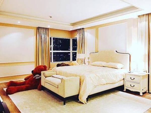 Phòng ngủ của cô cũng được bài trí đơn giản, hạn chế tối đa đồ đạc.
