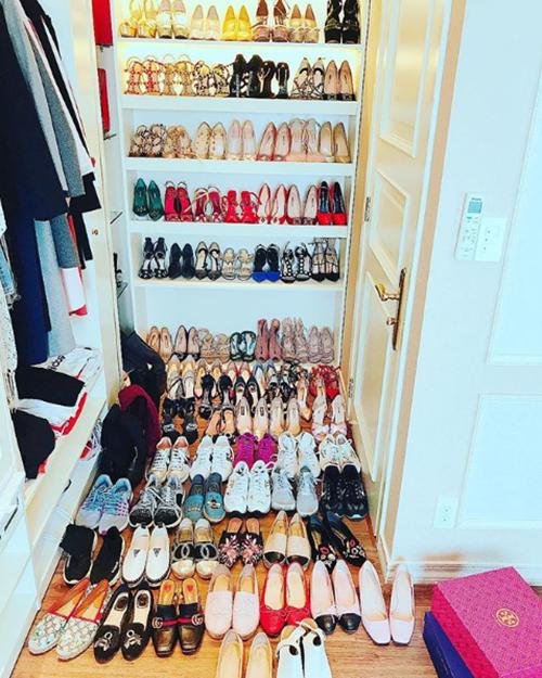 Một phòng riêng trong căn hộ này được Hoa hậu sử dụng để trưng bày toàn bộ gia tài quần áo, giày dép với số lượng nhiều còn hơn cả ở cửa hàng.