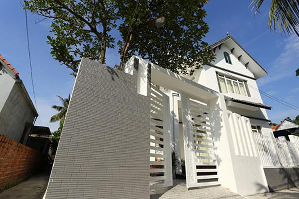 Bố mẹ Phạm Hương hiện vẫn ở tại quê Hải Phòng. Căn biệt thự của gia đình cô nổi bật trong xóm với lối kiến trúc hiện đại, có tông trắng sang trọng, đẳng cấp.