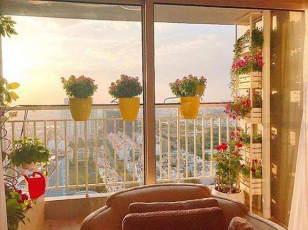 Người đẹp dành nhiều thời gian cho việc chăm sóc hoa ở ban công cũng như cắm hoa trang trí trong nhà. Thời gian rảnh, Phạm Hương thường ở nhà chơi đàn và dọn dẹp nhà cửa thay vì đi tụ tập.