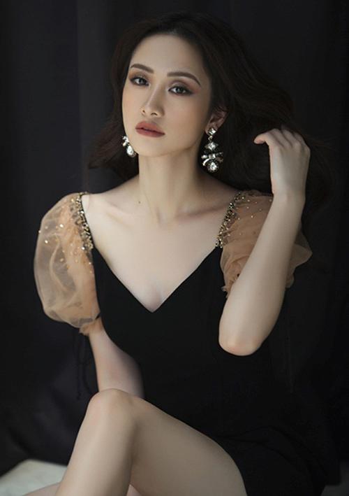 Nhiều tín đồ thời trang phát hiện Jun Vũ cũng từng diện kiểu váy chung thương hiệu với Kỳ Duyên, có kiểu dáng tương tự nhằm khoe thềm ngực gợi cảm.