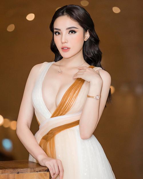 Kỳ Duyên cũng từng khoác lên mình bộ trang phục giống hệt. Tuy cùng tút tát vòng một nhưng khi diện chung một kiểu váy, Jun Vũ trông vẫn mong manh, nhẹ nhàng hơn Kỳ Duyên, trong khi đó Hoa hậu Việt Nam 2014 lại đầy bốc lửa.