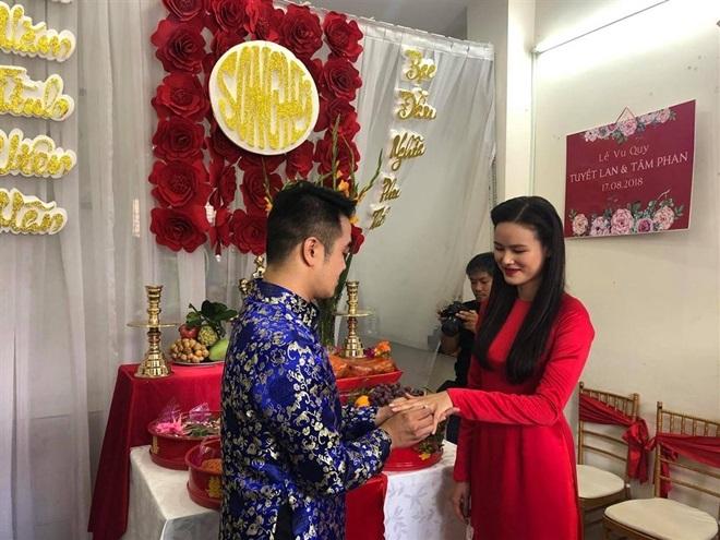<p> Sáng 17/8, lễ ăn hỏi của Tuyết Lan và chồng - một doanh nhân hơn cô 9 tuổi - diễn ra tại TP HCM. Chồng của Á quân Vietnam's Next Top Model tên là Phan Tâm. Hai người hẹn hò 3 năm trước khi quyết định về chung một nhà. Sáng nay 18/8, lễ cưới của Tuyết Lan sẽ được tổ chức tại nhà riêng.</p>