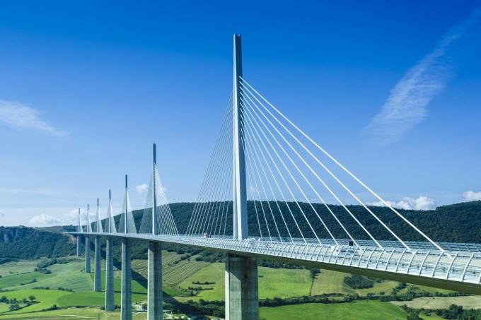<p> <strong>2. Cầu cạn Millau, Pháp</strong><br /> Vượt cả chiều cao tháp Eiffel hùng vĩ, cầu cạn Millau của Pháp hiện giữ danh hiệu cây cầu cao nhất thế giới - 343 m. Cây cầu đi vào hoạt động năm 2004, nằm ở Thung lũng Tarn giữa Clermont-Ferrand, Béziers và Narbonne. Khách tham quan có thể đi xuồng phía dưới để chiêm ngưỡng vẻ đẹp cây cầu.</p>