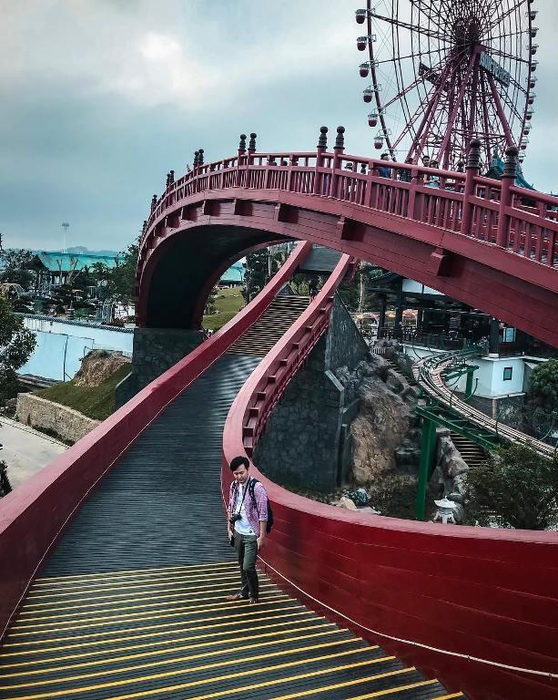"""<p> Cầu Koi còn có tên gọi khác là """"cầu Âm Dương"""", thiết kế theo thuyết âm dương ngũ hành trong văn hóa Nhật Bản. Trong đó """"cầu Dương"""" thiết kế phía trên tượng trưng cho người nam, """"cầu Âm"""" nằm dưới tượng trưng cho người nữ.</p>"""