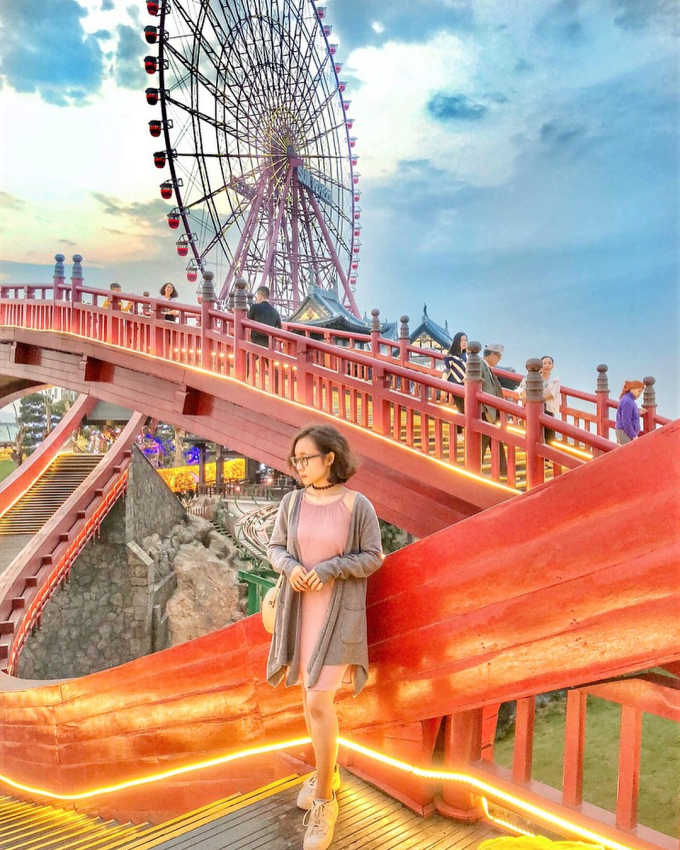 """<p> Sắc đỏ nổi bật cùng kiến trúc độc đáo khiến cây cầu được mệnh danh """"cứ đứng vào là đẹp"""".</p>"""