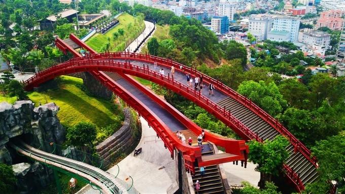 """<p> Tọa lạc ở khu vườn Nhật Bản trên đỉnh Ba Đèo thuộc khu tổ hợp giải trí Sun World Halong Complex, cây cầu với sắc đỏ rực rỡ uốn cong trên nền cỏ xanh mướt trở thành điểm """"sống ảo"""" lý tưởng mới của giới trẻ.</p>"""