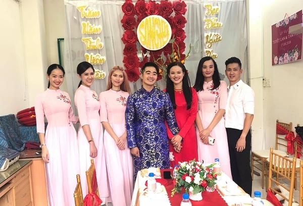 Có mặt trong đội hình bê tráp của nhà gái có nhiều bạn bè thân thiết là hội chân dài như Lê Thúy, Thùy Dương, Giáng Hương...