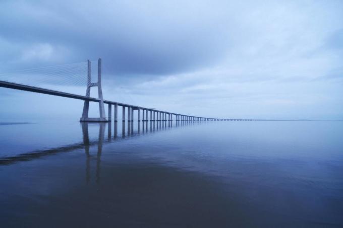 <p> <strong>4. Cầu Vasco da Gama, Bồ Đào Nha</strong><br /> Vasco da Gama nối miền Bắc và miền Nam Bồ Đào Nha và là cầu dài nhất châu Âu. Cây cầu này được đặt tên theo nhà thám hiểm Bồ Đào Nha. Cầu trải dài theo sông Tagus và người ta không thể đi bộ được qua cây cầu này vì sức gió lên tới 155mph.</p>