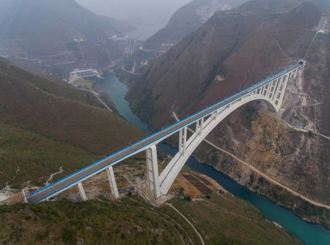 <p> <strong>5. Cầu Bắc Bàn Giang (Trung Quốc)</strong><br /> Cầu Bắc Bàn Giang còn được gọi là Cầu Ni Châu Hà cao 560m, từng giữ kỷ lục cây cầu cao nhất thế giới cho đến năm 2016. Cầu nằm ở ranh giới giữa 2 tỉnh Vân Nam và Quý Châu, và nằm trên thung lũng sông Bắc Bàn. Gần gấp đôi chiều cao của cầu Shard ở London, cây cầu tốn 88 triệu bảng (tương đương 150 triệu USD) để xây dựng.</p>