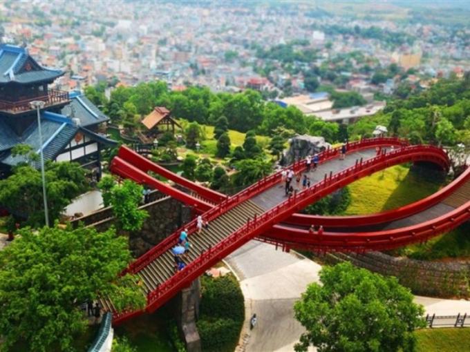 <p> Cầu được đầu tư, thiết kế mô phỏng theo hình chú cá Koi - biểu tượng của ước vọng, lòng kiên trì và sức mạnh trong văn hóa Nhật Bản, nên được gọi là cầu Koi.</p>