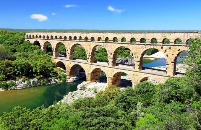 <p> <strong>7. Cầu Pont du Gard Aqueduct, Pháp</strong><br /> Chắc chắn đây là cây cầu lâu đời nhất trong danh sách này. Pont du Gard Aquaduct là một công trình La Mã được xây dựng vào thế kỷ thứ 1 sau Công nguyên. Ban đầu, cầu được thiết kế nhằm cung cấp nước cho thành phố Nime và hệ thống dẫn nước 3 tầng này cao 50m. Được xây dựng từ đá vôi mềm, màu vàng, cây cầu kỳ vĩ này được chính phủ Pháp công nhận là di tích lịch sử năm 1840.</p>