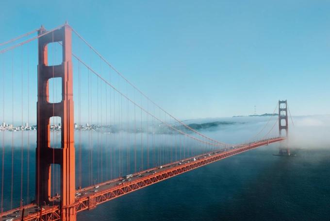 <p> <strong>8. Cầu Cổng Vàng, Mỹ</strong><br /> Đây được xem là cây cầu nổi tiếng bậc nhất thế giới. Cầu Cổng Vàng, biểu tượng của San Francisco, được khánh thành hồi năm 1937. Cầu được sơn màu cam, và lễ khánh thành cầu là sự kiện kéo dài 1 tuần. Cây cầu này không chỉ nổi tiếng về kỹ thuật xây dựng mà còn nổi tiếng vì có gần 1.700 người nhảy cầu tự tử từ năm 1937 đến nay. Cầu được làm lưới thép treo 6m bên dưới lối đi bộ nhằm ngăn chặn tình trạng tự tử.</p>