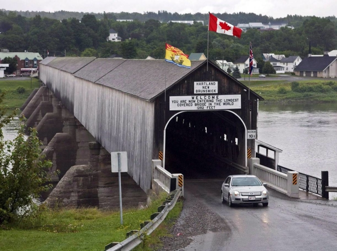 <p> <strong>9. Cầu Hartland/ New Brunswick, Canada</strong><br /> Được mở cửa vào năm 1901, cây cầu có mái che dài nhất thế giới này được tuyên bố là Di tích Lịch sử Quốc gia vào năm 1980. Cây cầu một chiều này được làm mái che vào năm 1921-1922 bất chấp sự phản đối của người dân địa phương, họ lo ngại việc che cầu sẽ cổ súy cho những hành động không hay của giới trẻ. Năm 1995, cây cầu này đã được tôn vinh trên một bộ tem của Canada.</p>