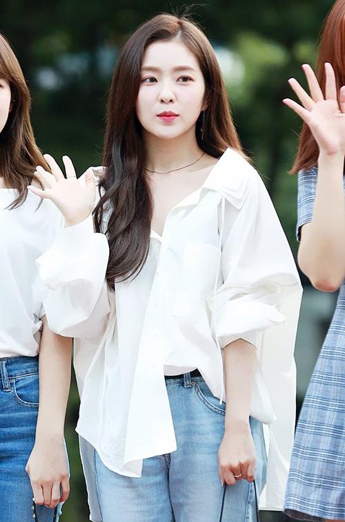 Ngày 17/8, Red Velvet đến đài truyền hình để tham gia show âm nhạc cuối tuần Music Bank. Irene quyến rũ với áo trễ vai, lộ phần xương quai xanh gợi cảm.