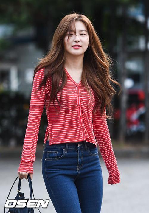 Seul Gi khiến nhiều cô gái ghen tỵ khi có mái tóc bồng bềnh, vòng eo nhỏ.