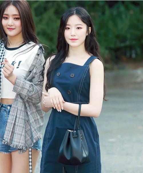 Thành viên đến từ Trung Quốc Shuhua đẹp chuẩn nữ thần với mái tóc dài, thân hình thon thả.