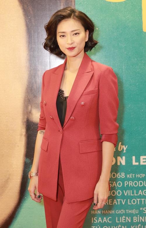 Ngô Thanh Vân diện bộ vest đỏ nổi bật. Cô đảm nhận vai trò nhà sản xuất của bộ phim.