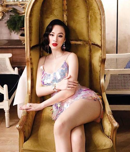 Angela Phương Trinh cho các mỹ nhân hít khói về độ hở bạo. Cùng thiết kế đính kim sa tương tự nhưng cô nàng lại chọn phiên bản váy hai dây hở cổ siêu ngắn, khoe trọn tối đa thân hình nuột nà.