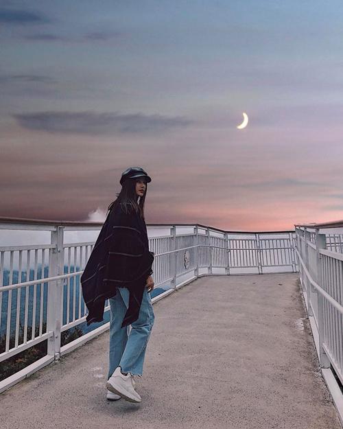 Diễm My 9x khoe ảnh đi dạo dưới ánh trăng lãng mạn chẳng khác gì trong một bộ phim ngôn tình.