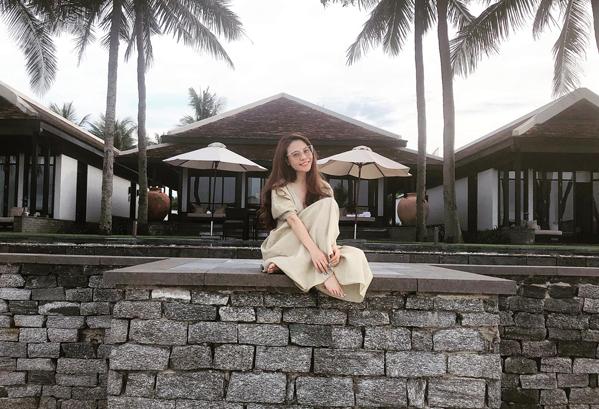 Đàm Thu Trang nhí nhảnh dưới ống kính bạn trai trong một chuyến nghỉ dưỡng.