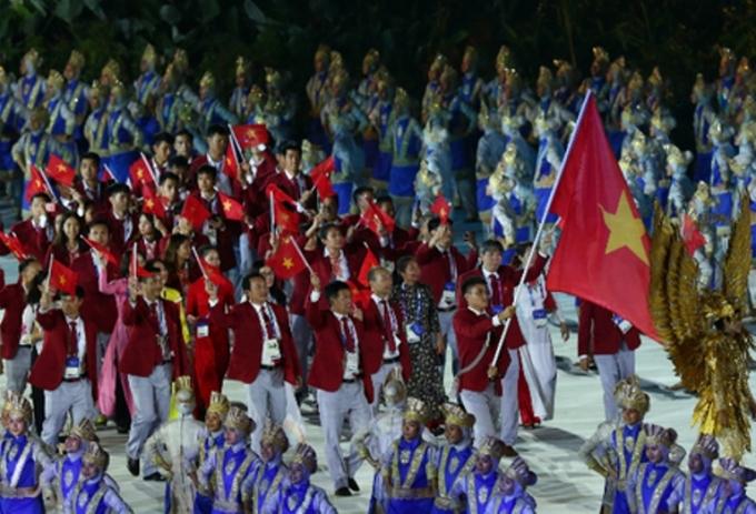 <p> Tối 18/8, lễ khai mạc Đại hội thể thao châu Á ASIAD 2018 diễn ra tại SVĐ Gelora Bung Karno của Indonesia. Đoàn thể thao Việt Nam diễu hành áp chót theo thứ tự bảng chữ cái. Đi đầu cầm cờ là kiếm thủ Vũ Thành An. Các thành viên nam mặc áo vest đỏ và các thành viên nữ mặc áo dài truyền thống.</p>